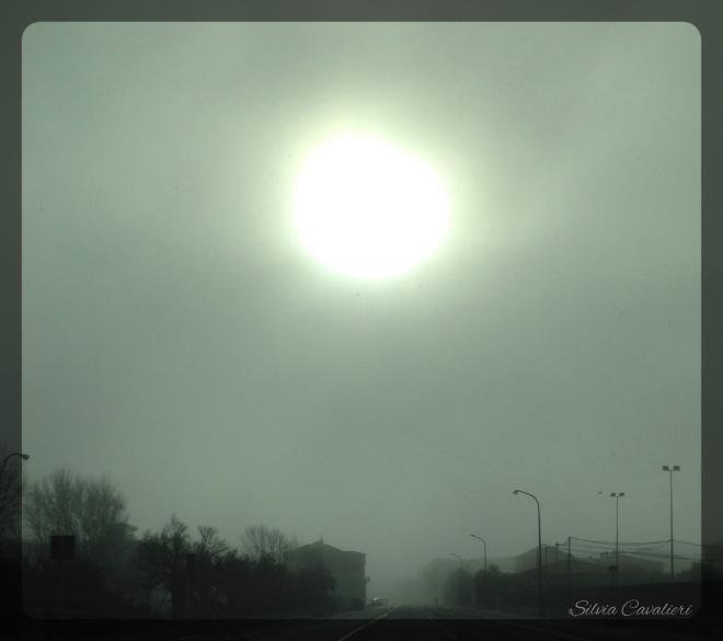 sole nella nebbia